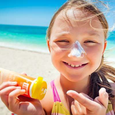girl applying sunscreen